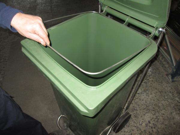 Contenedores de basura con aros sujetabolsas
